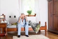 Homem idoso com dor de cabeça fotos de stock royalty free