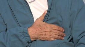 Homem idoso com dor no peito ou condição de coração foto de stock