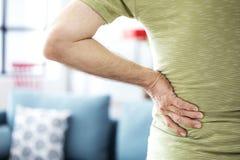 Homem idoso com dor traseira imagens de stock