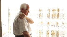 Homem idoso com dor traseira video estoque