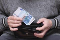 Homem idoso com euro- nota Fotografia de Stock Royalty Free