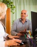 Homem idoso com o doutor na clínica fotos de stock royalty free