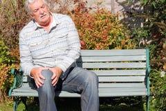 Homem idoso com uma lesão de joelho.