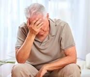 Homem idoso deprimido fotografia de stock