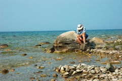 Homem idoso e o mar imagens de stock