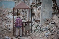 Homem idoso em um terreno de construção de desintegração Imagem de Stock