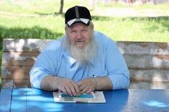 Homem idoso farpado de sorriso fotografia de stock royalty free