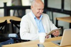 Homem idoso na etapa com tempo Fotos de Stock Royalty Free