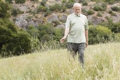 Homem idoso na grama fotografia de stock