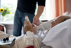 Homem idoso no hospital Fotos de Stock Royalty Free