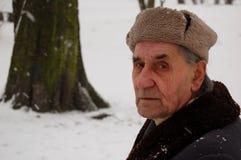 Homem idoso no parque do inverno Fotografia de Stock Royalty Free