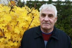 Homem idoso no parque do outono imagens de stock royalty free