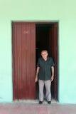 Homem idoso pela porta em Cuba imagens de stock royalty free