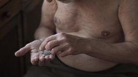 Homem idoso pobre que conta moedas em uma mão video estoque