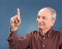 Homem idoso que aponta acima Imagens de Stock Royalty Free