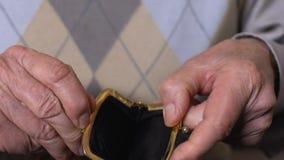 Homem idoso que guarda a bolsa vazia, falta de dinheiro, pobreza da pens?o, fal?ncia filme