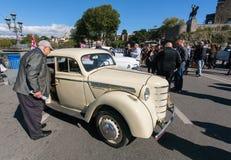 Homem idoso que olha o carro retro na exposição do automóvel do vintage em Tbilisi Imagens de Stock Royalty Free