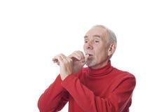 Homem idoso que tooting um chifre imaginário fotos de stock