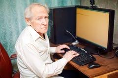 Homem idoso que trabalha no computador Fotos de Stock