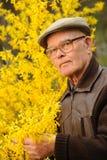 Homem idoso que trabalha no jardim Fotografia de Stock Royalty Free