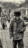 09/10/2015 - Homem idoso que veste um chapéu forrado a pele do Bearskin de Ushanka do russo Imagens de Stock