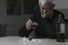 Homem idoso viciado Fotografia de Stock