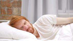 Homem incômodo que dorme no lado na cama na noite, desassossego vídeos de arquivo