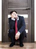 Homem incerto que espera uma entrevista de trabalho fotografia de stock royalty free
