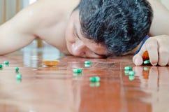 Homem inconsciente com comprimido disponível Fotografia de Stock Royalty Free