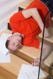 Homem inconsciente que encontra-se nas escadas Imagens de Stock