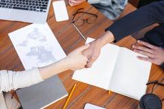 Homem incorporado que agita a mão de seu colega bem sucedido foto de stock