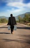 Homem indígeno estranho no meio de uma estrada foto de stock royalty free
