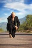 Homem indígeno no meio de uma estrada fotografia de stock royalty free