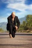 Homem indígeno no meio de uma estrada Foto de Stock Royalty Free
