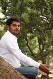 Homem indiano considerável que meditating sob uma árvore imagem de stock royalty free