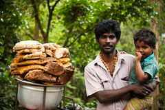 Homem indiano e seu filho que vendem o mel selvagem Kerala, India Imagem de Stock Royalty Free