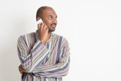 Homem indiano ocasional maduro que usa o smartphone Foto de Stock Royalty Free