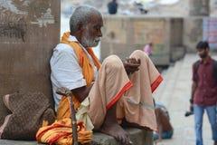 Homem indiano que senta-se no ghat em Varanasi Imagens de Stock Royalty Free