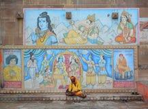 Homem indiano que senta-se no ghat em Varanasi Imagem de Stock
