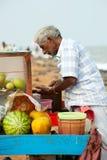 Homem indiano que vende frutos no mercado da praia Imagens de Stock Royalty Free