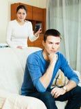 Homem infeliz com esposa agressiva Fotografia de Stock Royalty Free