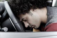 Homem inoperante no carro após o acidente fotografia de stock