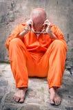 Homem inoperante que anda - homem desesperado com as algemas na prisão Imagens de Stock