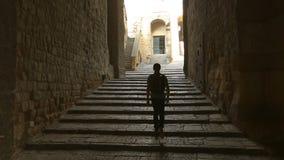 Homem interessado que anda dentro do dell'Ovo de Castel em Nápoles, sightseeing em Itália vídeos de arquivo