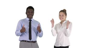 Homem internacional e mulher de sorriso felizes que mostram os polegares acima no fundo branco filme