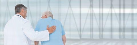 Homem intitulado do doutor que ajuda um paciente Fotos de Stock