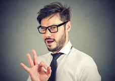 Homem irônico que mostra o gesto APROVADO fotografia de stock