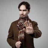 Homem irritado do estilo do moderno que faz o gesto da parada Fotografia de Stock