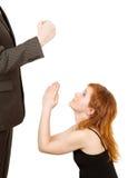 Homem irritado e mulher que imploram um perdão Imagens de Stock Royalty Free