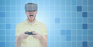 Homem irritado em auriculares da realidade virtual com gamepad Fotos de Stock Royalty Free